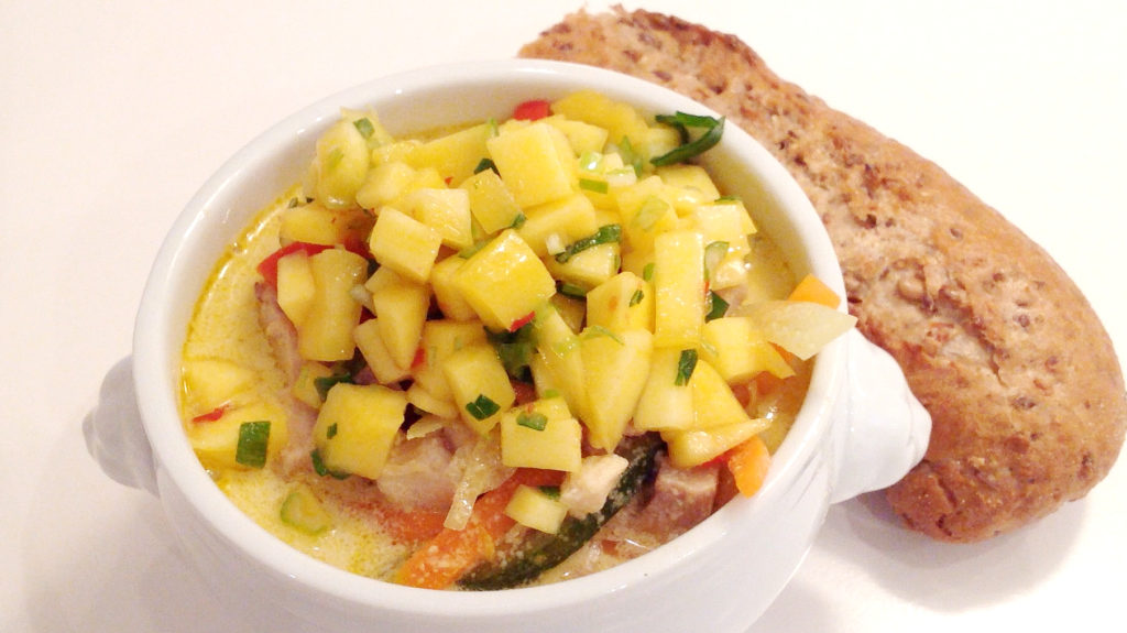 Vegetarisk grønsagssuppe med kokos og mango