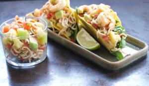 Server tacos med rejer og mangosalsa i sprøde tacoskaller. Ekstra fyld kan gives ved siden af.
