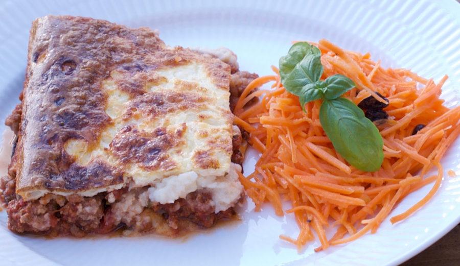 Moussaka med blomkålsbechamel og gulerodssalat