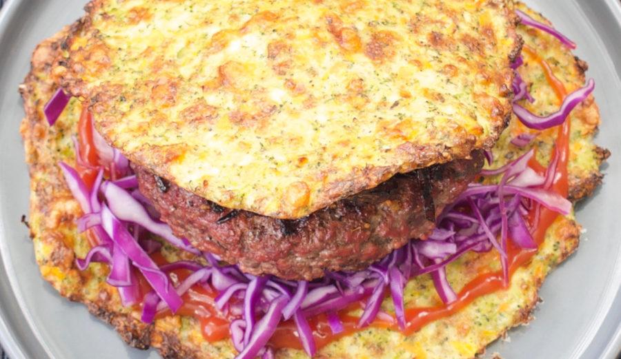 Burger af grønsagsfladbrød med karameliserede løg