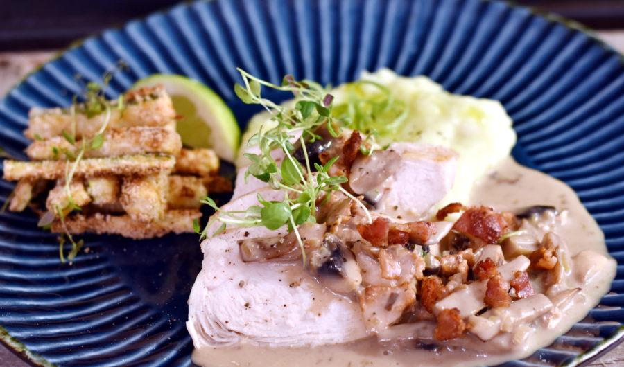 Kylling i baconflødesovs med jordskokkartoffelmos