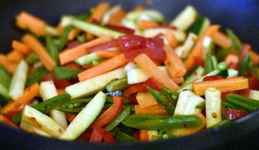 Grønsagerne steges i nok eller på en stor pande