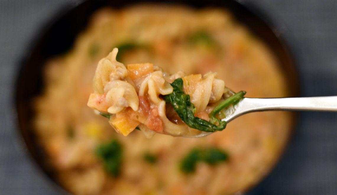 Cremet alt-i-en pasta med grønsager. One pot pasta.