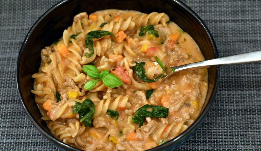Cremet alt-i-en pasta med grønsager. One-pot pasta.