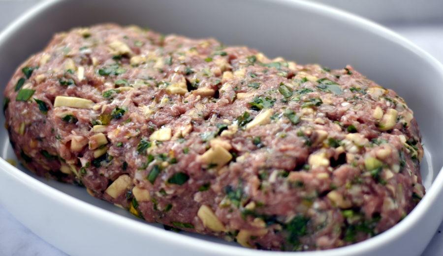 Græsk farsbrød med champignon og timian klar til at komme i ovnen