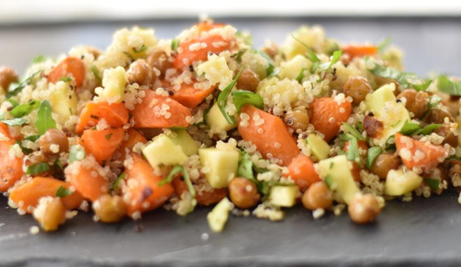 Quinoasalat med bagte gulerødder og kikærter