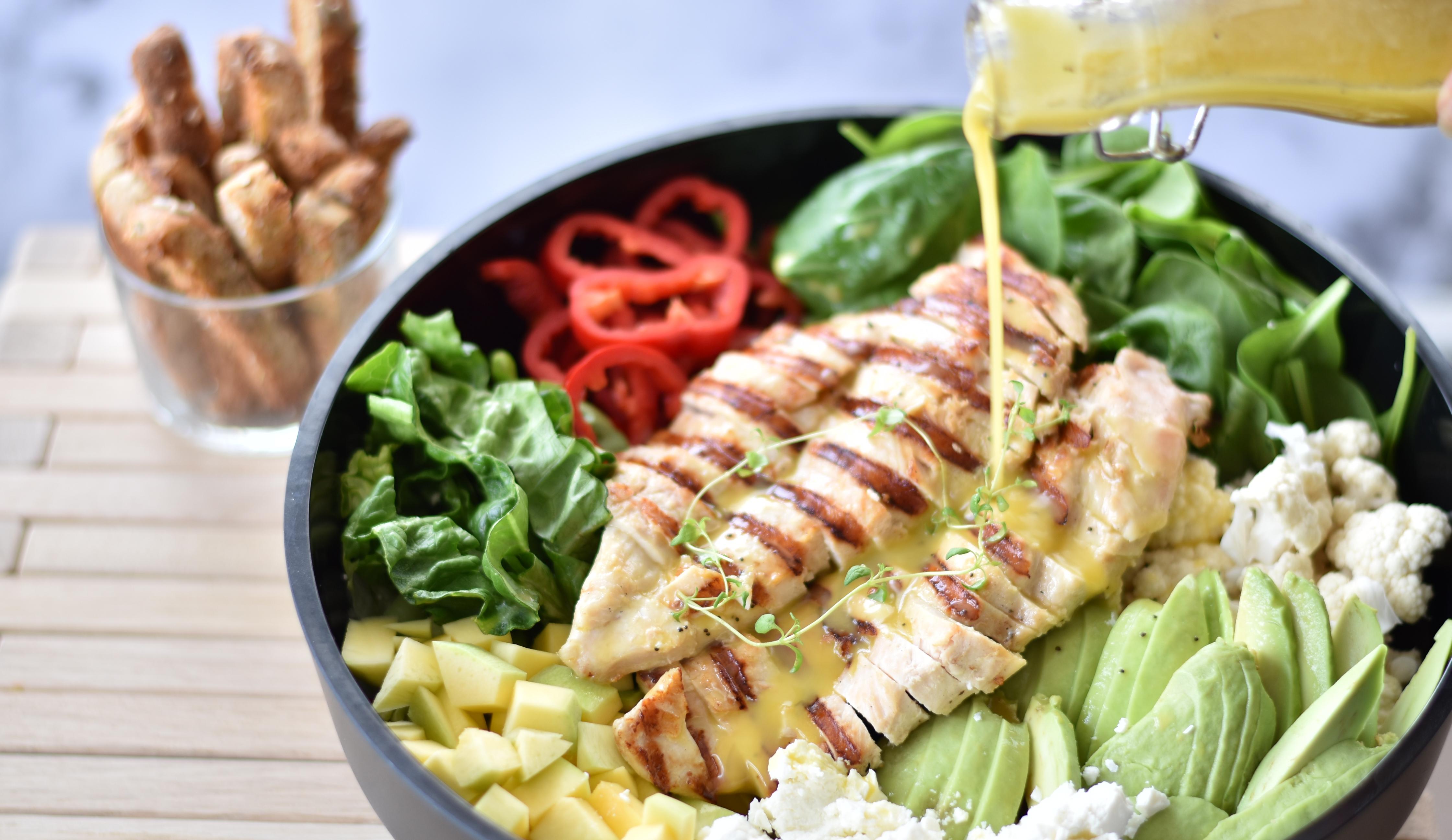 Sprød salat med grillet kyllingebryst og appelsindressing