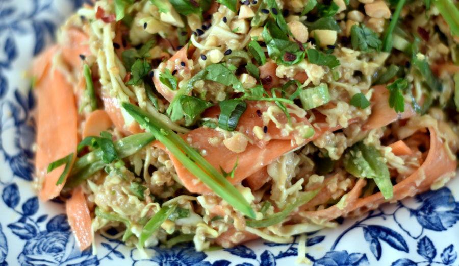 Thai peanut og quinoa salat