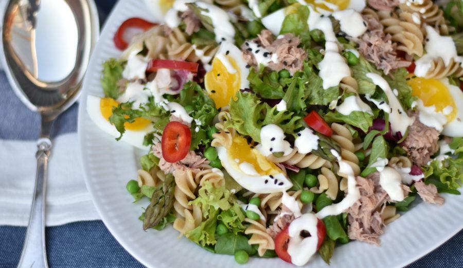 Tunsalat med pasta, asparges, æg og sennepsdressing