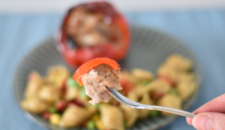 Frikadellefyldt peberfrugt på gaffel