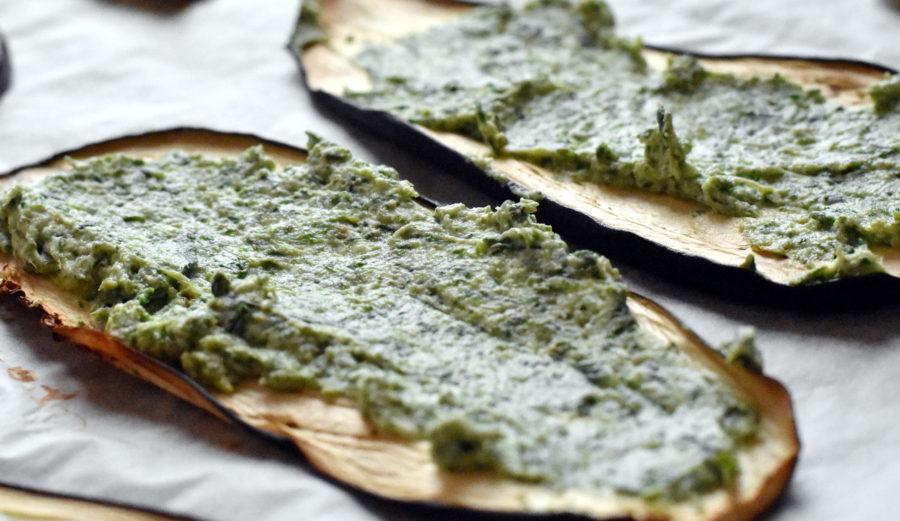 De foragte auberginer smøres med spinat-ricottablanding
