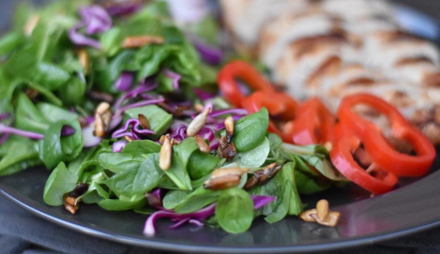 Karamelliserede solsikkekerner giver et lækkert crunch til en god salat