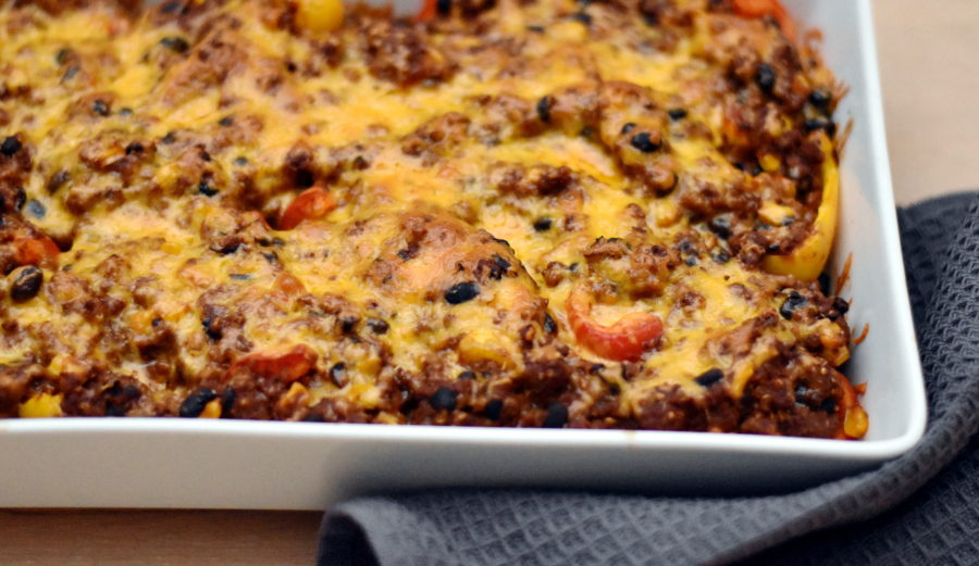 Tacofad med bagte peberfrugter, mexikød og smeltet ost