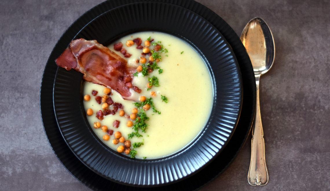 Jordskoksuppe med ristede kikærter og baconknas