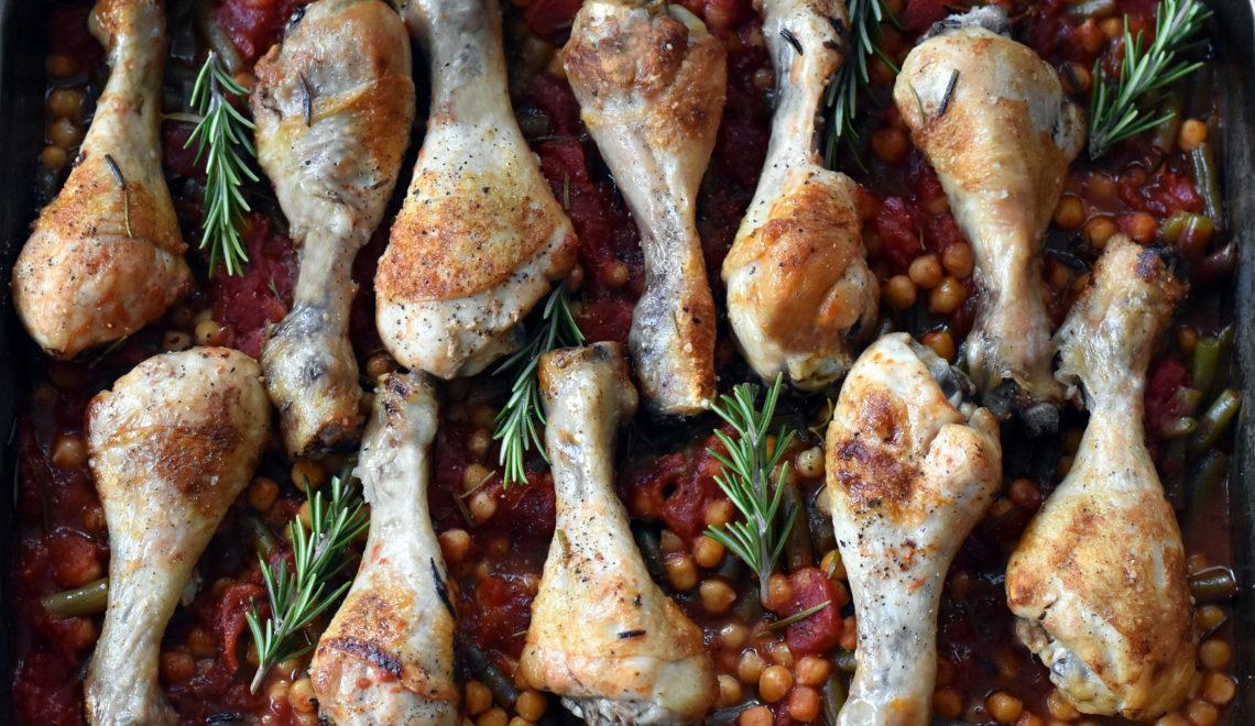 Kylling på kikærter og bønner - alt i ét fad
