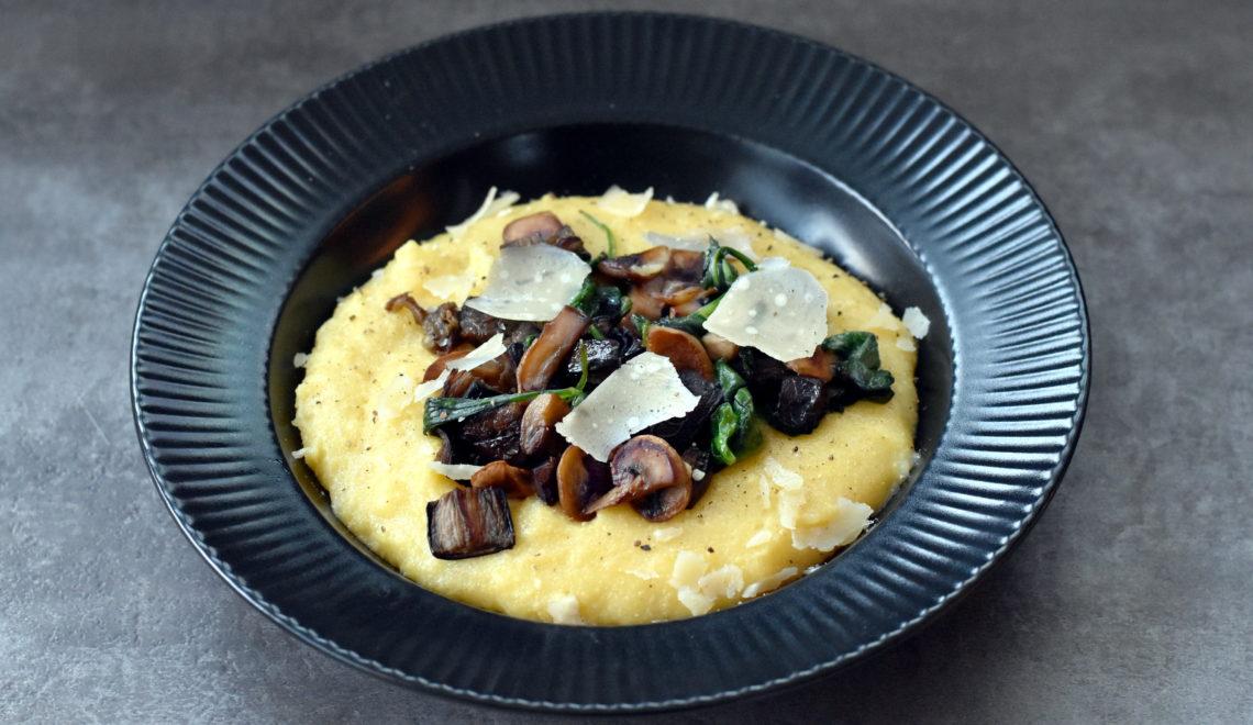 Polenta med aubergine og champignonragout er skøn comfort food