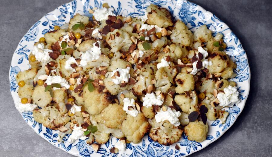 Bagt blomkål med sprøde kikærter og cremet feta er dejligt tilbehør