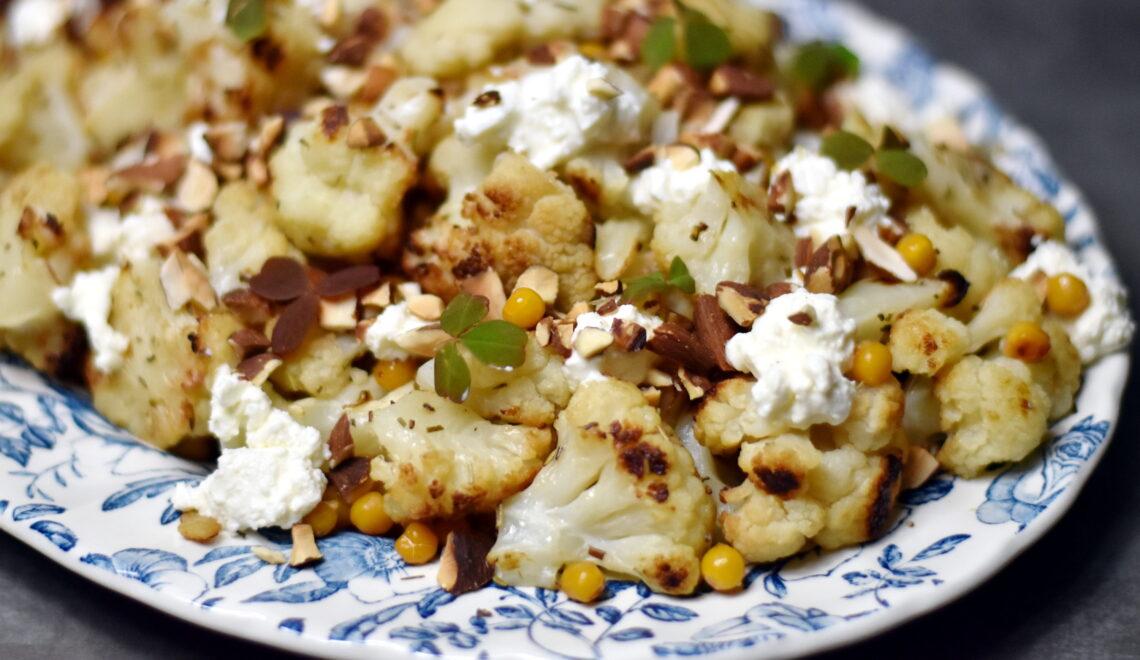 Bagt blomkål med sprøde kikærter og cremet feta