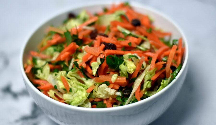 Gulerodssalat med iceberg og citrondressing er en nem og hurtig salat