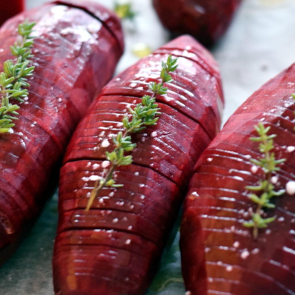 Hasselbackrødbeder med olie, salt og timian klar til at komme i ovnen