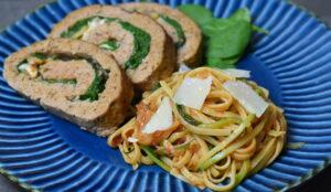 Italiensk farsbrød serveres med squashgetti i tomatsovs