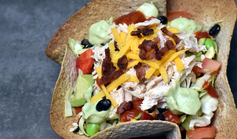 Brug mexikanske pandekager som skåle og fyld dem med en fyldig salat