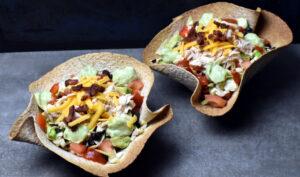 Tacoskåle af bagte tortillas med frisk og fyldig salat