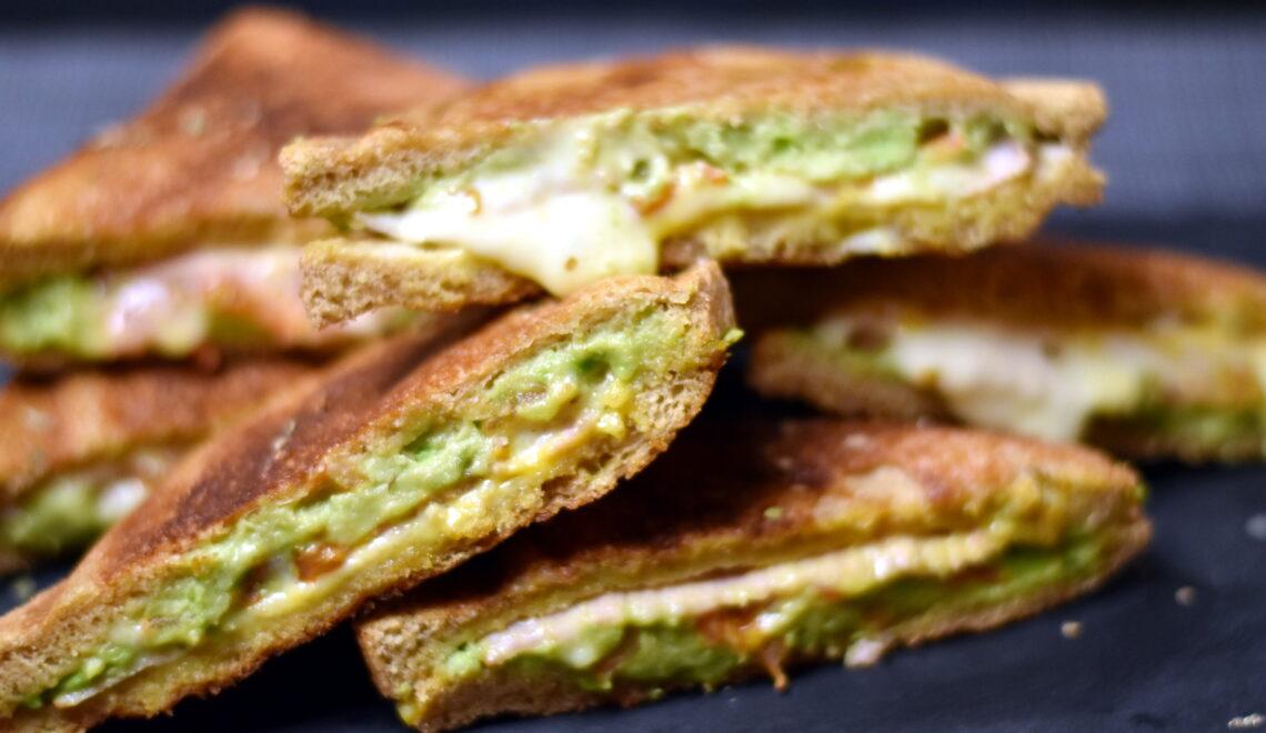 Toast med skinke, ost og avocado