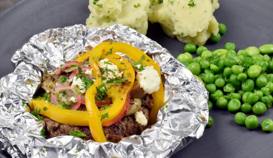 Server foliebøffen med f.eks. kartoffel-sellerimos og dampede grønsager