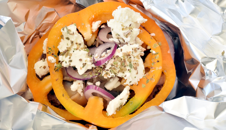 Under peberfrugt, rødløg, champignon og feta gemmer sig en hakkebøf. Pak det hele ind i alufolie og bag det i ovnen.