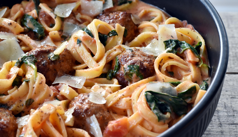 Bag kødbollerne i ovnen. Det er nemt og så kan du forberede resten imens.