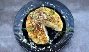 Bagt blomkål med parmesan og krydderurter kan serveres som tilbehør til dine kødretter eller som selvstændig vegetarret med en fyldig salat til