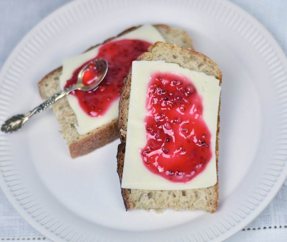 Ribsmarmeladen er skøn som topping på en ostemad eller på morgengrøden