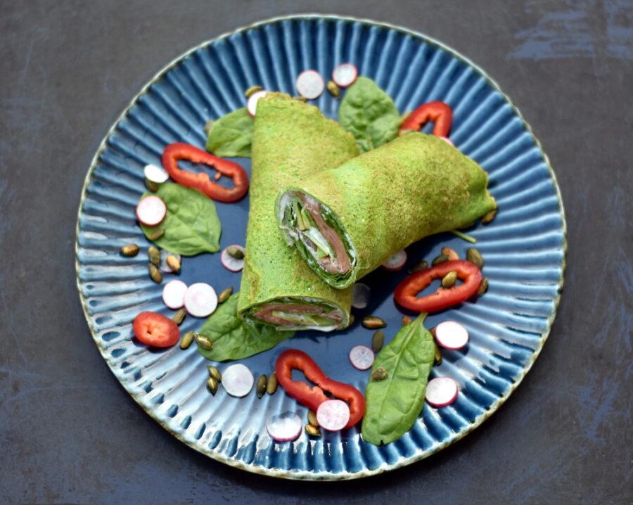 Lækker æggewrap med fyld af laks, flødeost, avocado og spinat