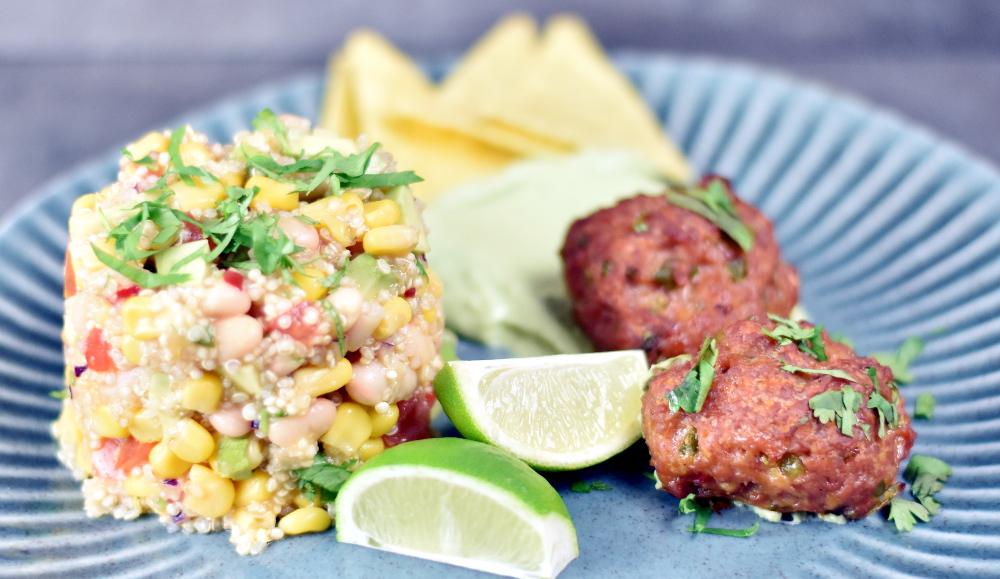 Spicy mexikanske frikadeller med quinoa-bønnesalat og majssalsa