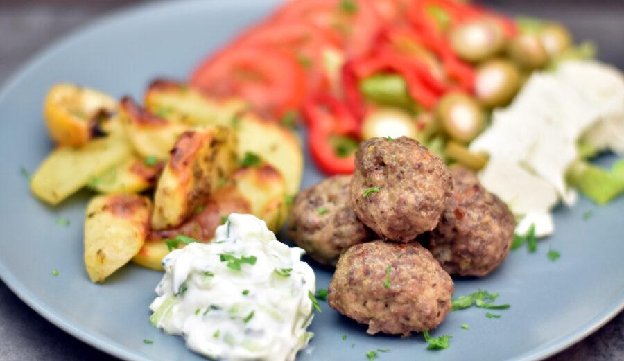 Græsk-inspirerede frikaldeller med tzatziki og græske kartofler