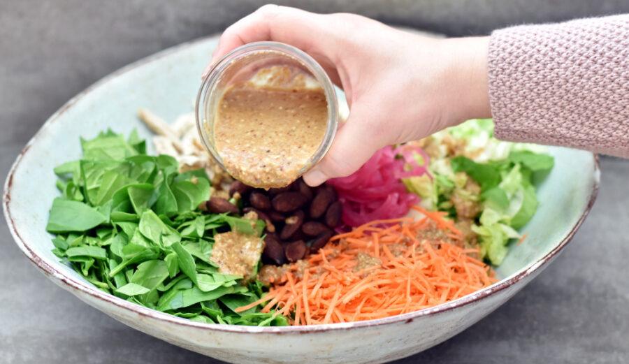 Salat med kylling, soyamandler og gomadressing