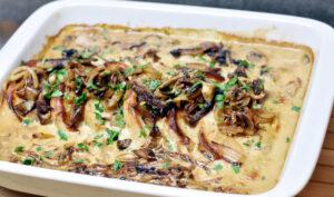 Koteletter i fad med cremede champignon og bløde løg