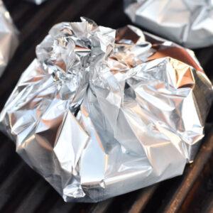 Foliepakker med kødboller og grønt