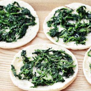 Grillet pitabrød med spinat og mozzarella