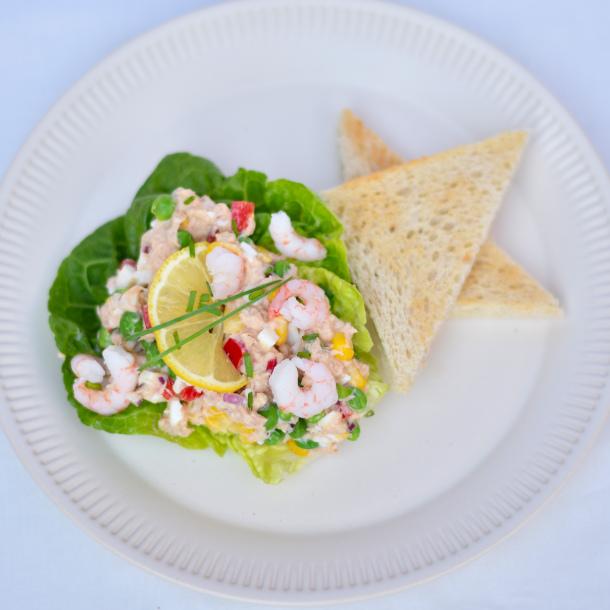 Salatbåde med tunsalat