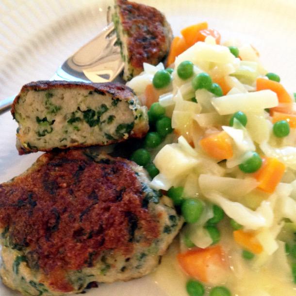 Kyllingefrikadeller med spinat og stuvet grønt